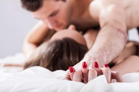 sexo pareja joven: Pares jovenes que se aventura en el fondo aislado Foto de archivo
