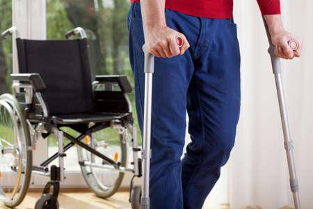 Horizontale Ansicht eines behinderten Mann auf Krücken