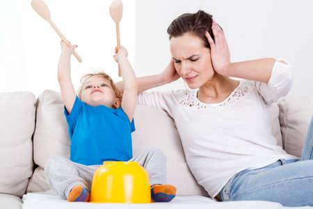 personne en colere: Enfant de s'amuser tr�s fort sur un canap� Banque d'images