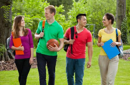 Compagni di scuola tornando a casa attraverso il parco
