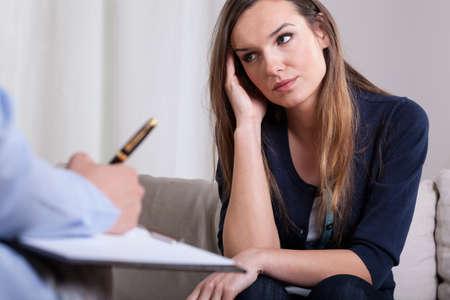 Vrouw tijdens de eerste ontmoeting met psychotherapeut, horizontale