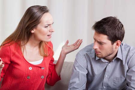 pareja enojada: Una mujer gritando a su hombre, horizontal