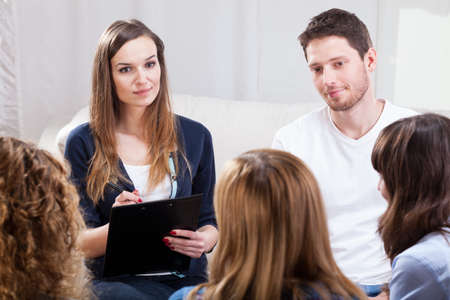 terapia de grupo: Grupo de j�venes durante la psicoterapia, horizontal Foto de archivo