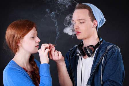 marihuana: Vista horizontal de un adolescentes fuman cigarrillo de marihuana Foto de archivo