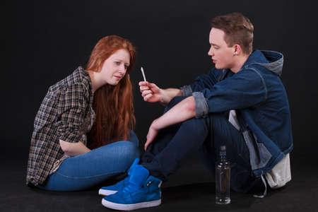 Studenten spelen Hookey, het roken van sigaretten en het drinken van alcohol Stockfoto