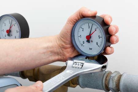 Reparatie van een manometer met moersleutel Stockfoto