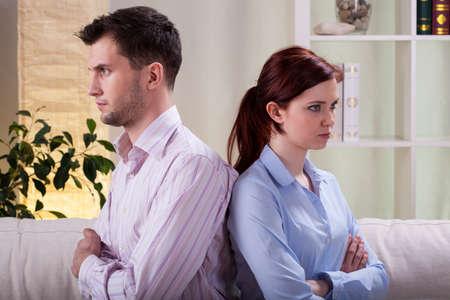 Vista horizontal de matrimonio triste después de la pelea