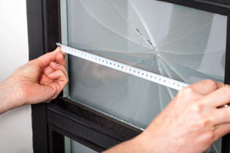 Measuring dimension of broken window before a repairing Banque d'images