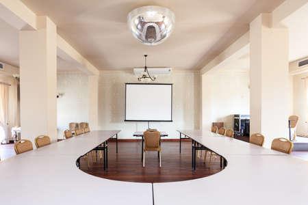 Interior de una sala de estar con mesa de conferencias Foto de archivo - 29251335