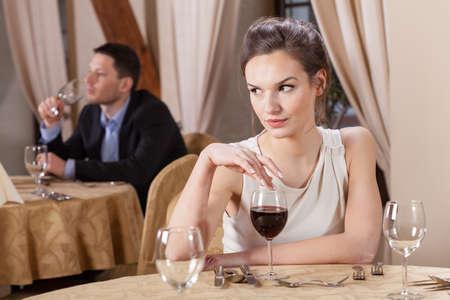 mujer sola: �nica mujer de beber vino en un restaurante