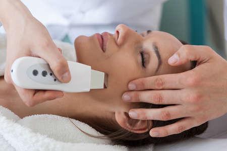 pulizia viso: Close-up di una pulizia della pelle ad ultrasuoni donna sempre
