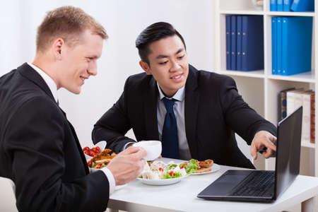 refei��es: Homens durante a hora de almo�o no escrit�rio