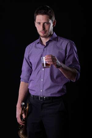 tomando alcohol: El trompetista de beber alcohol despu�s de concierto, vertical