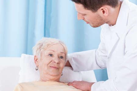 Senior lady et son physiothérapeute mâle, horizontal Banque d'images - 29345663