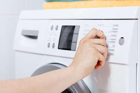 Horizontale weergave van het inschakelen van de wasmachine Stockfoto