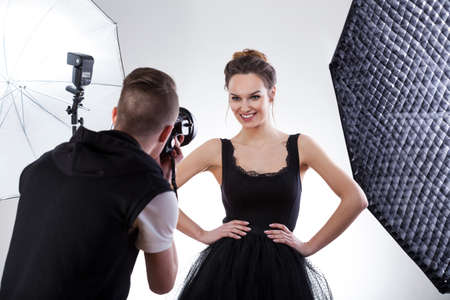 Fashion fotograaf en het model samen te werken, horizontale