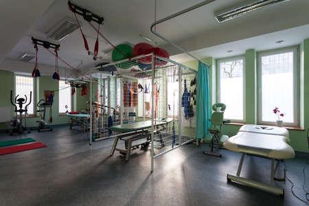 actividad fisica: Sala de rehabilitaci�n con el equipo m�dico en la cl�nica de fisioterapia