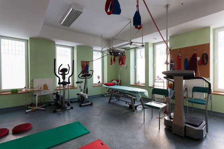 física: Amplia habitación vacía con un equipo especial para el entrenamiento físico