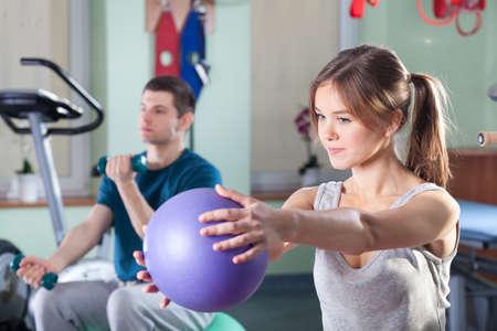 actividad fisica: Gente durante ejercicios f�sicos en sala de rehabilitaci�n