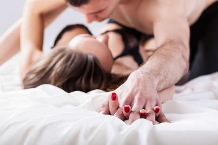 sexo pareja joven: Vista horizontal de pareja haciendo el amor en el dormitorio Foto de archivo