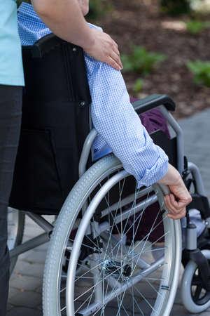 personne handicap�e: Infirmi�re et personne handicap�e dans un jardin Banque d'images