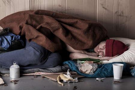 hombre pobre: Vista horizontal de un hombre pobre que duerme en la calle Foto de archivo