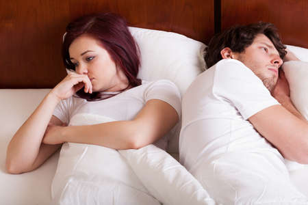 nespokojen: Lidé, ležící spolu, ale odděleně, protože manželských problémů Reklamní fotografie