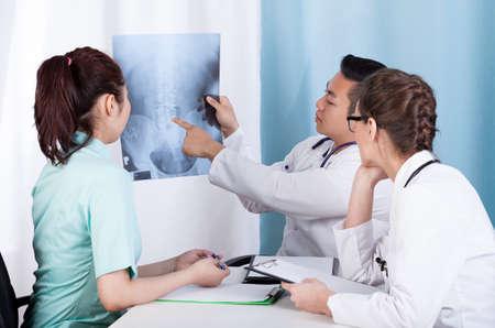 huesos humanos: Grupo de médicos mestizos análisis de rayos x, horizontal