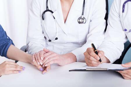Close-up van de hand van een arts die patiënt