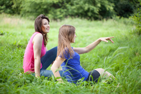 bewonderen: Meisjes bewonder het uitzicht op een groene glade