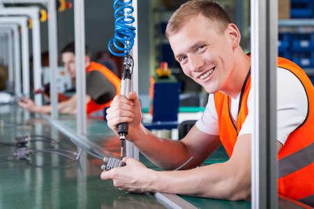 Productielijn werknemers tijdens werk in de fabriek Stockfoto