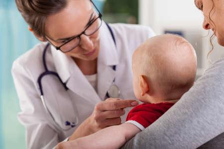 Мальчик с матерью в офисе врача, горизонтальный