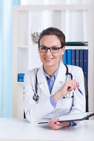 estudiantes medicina: Doctor sonriente señora con gafas en el hospital Foto de archivo