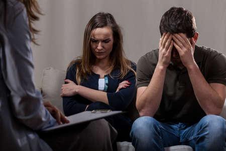 Mladí depresi pár na psychoterapii ve skříni Reklamní fotografie