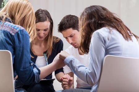 terapia de grupo: Las personas adictas de la mano sobre la terapia de grupo especial