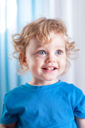 大きな青い目のかわいい小さな子供の肖像画