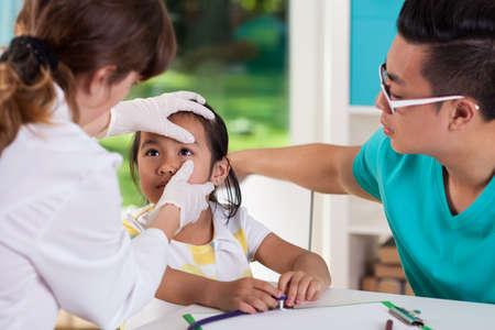 medico pediatra: Niña asiática durante el examen de la vista, horizontal Foto de archivo
