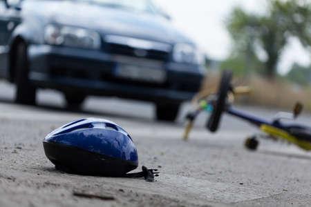 cansancio: Conductor golpear ciclista en la calle, horizontal