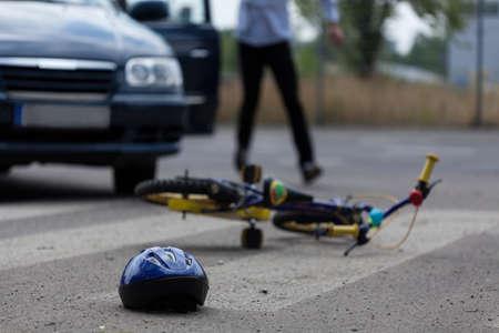 hombres corriendo: Vista horizontal del conductor del coche que golpea poco biker Foto de archivo