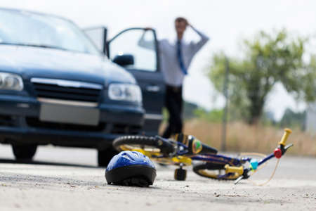 Scared man na hittng kind op een fiets