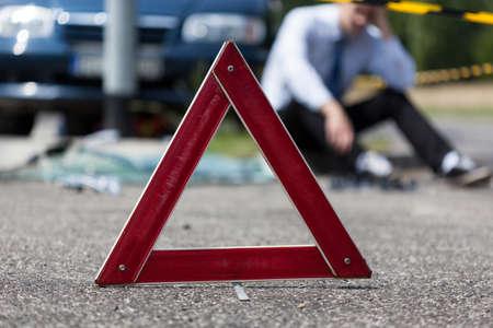 Bestuurder na auto-ongeluk wachten op hulp Stockfoto