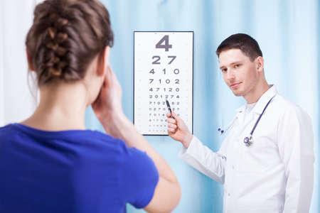 oculista: Oculista examinar paciente mujer en la mesa óptica