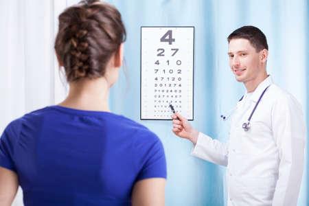 oculista: Joven m�dico oculista comprobar la visi�n del paciente en el consultorio m�dico Foto de archivo