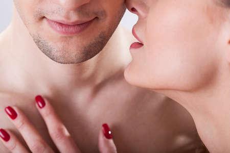 sexo pareja joven: Retrato de los j�venes enamorados que tienen momento �ntimo Foto de archivo