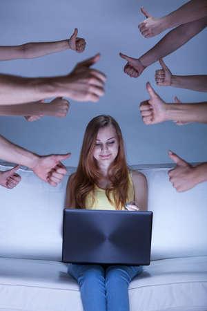 Verticale weergave van facebook meisje op de bank