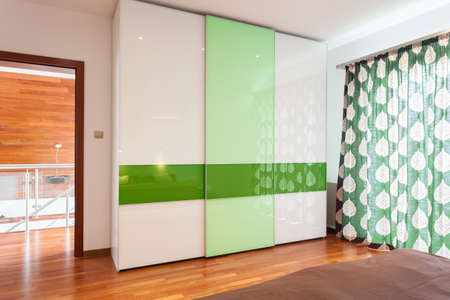 Green and white wardrobe in new house Imagens - 30491377