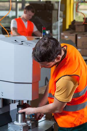 industrial mechanics: Obrero de la f�brica de la m�quina de explotaci�n en el �rea de producci�n