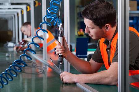 工場労働者と生産プロセスの水平方向のビュー