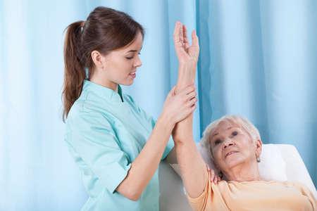 osteoporosis: Primer plano de la rehabilitación del brazo en el sofá de tratamiento