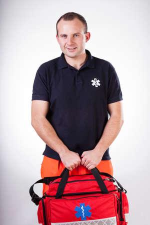 Vista vertical de paramédico con botiquín de primeros auxilios Foto de archivo - 30647499